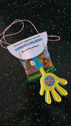 Avondvierdaagse traktatie Diy For Kids, Netherlands, Diy Crafts, Gifts, Food, Gift, The Nederlands, The Netherlands, Presents
