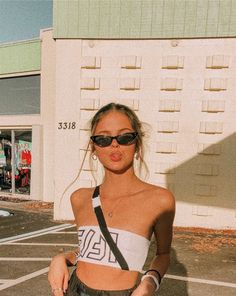 Los Angeles style + laid back cool + girls + inspiration + summer aesthetic + fashion + west coast look + tanned + mood board + sun kissed Cute Poses For Pictures, Picture Poses, Photo Poses, Car Pictures, Bad Girl Aesthetic, Aesthetic Photo, Aesthetic Pictures, Summer Aesthetic, Aesthetic Fashion