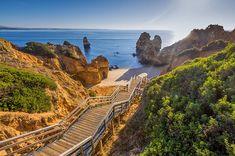 Portugal tem um costa enorme repleta de belas praias. Esta é uma pequena selecção das praias mais bonitas do país. Há muitas mais que merecem ser visitadas.