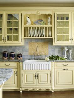 Yellow kitchen will be so much attractive for any home design whether big or small. It gives your room a bright color and more spacious. So, here are some yellow kitchen ideas for designing your kitchen room. Country Kitchen Farmhouse, Country Kitchen Designs, French Country Kitchens, Farmhouse Kitchen Cabinets, Shabby Chic Kitchen, Modern Kitchen Design, Vintage Farmhouse, Farmhouse Sinks, Country Sink
