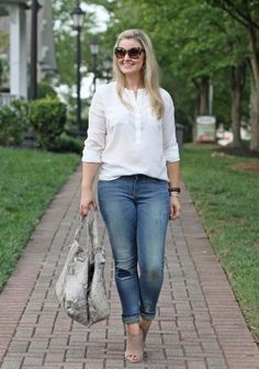 cute distressed skinny jeans that are perfect for petite women. Modest Casual Outfits, Preppy Fall Outfits, Outfits Niños, Sweater Outfits, Fashion Outfits, Oversized Sweater Outfit, Turtleneck T Shirt, Distressed Skinny Jeans, Autumn Winter Fashion