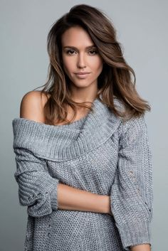 Jessica Alba style is beautiful. She wore a grey sweater. By the way, Jessica Alba outfits are a cute idea for winter wear. Beautiful Celebrities, Most Beautiful Women, Jessica Alba Pictures, Jessica Alba Style, Actress Jessica, Up Girl, Celebs, Hair Styles, Chic