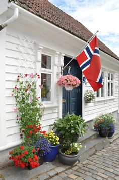I fell in love with the house fronts in Norway.  Their pots were beautiful!