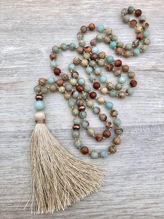 ~ Aqua Terra Mala collana ~ 108 perle, mano annodati Mala collana fatta con 6mm opale africano, antichi accenti di rame e un 8mm perle di Amazzonite guru. Proprietà della pietra preziosa: Opale africano è una meravigliosa pietra per uno aiuta a trovare la pace interiore, di chiarezza,