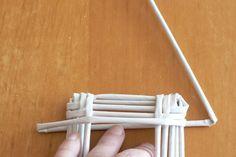 Po upletení zvoleného počtu radov (3-5) začneme tvarovať strechu tak, že ruličku nedieme na každej strane steny cca o 2 cm ďalej, ako je obrys domčeka Sun Paper, Paper Art, Burlap Flowers, Paper Flowers, Paper Weaving, Newspaper Crafts, Love Craft, Paper Straws, Basket Weaving