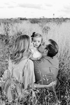 Fall Family Portraits, Family Portrait Poses, Family Picture Poses, Family Photo Outfits, Family Photo Sessions, Family Posing, Photography Ideas Family, Family Photo Shoots, Family Photo Shoot Ideas