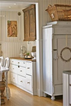 Sagolika sinnen. Pantry area need not have same bottom cabinets as top ones.  This looks charming!