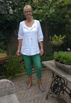witte linnen tuniek en groene spijkerbroek