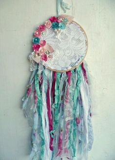 Shabby Cottage Chic Dream Catcher Bohemian by ProvencalMarket Shabby Cottage Chic Dream Catcher Bohemian van ProvencalMarket Cute Crafts, Crafts To Make, Arts And Crafts, Diy Crafts, Doily Dream Catchers, Dream Catcher Craft, Los Dreamcatchers, Shabby Chic Cottage, Girl Nursery