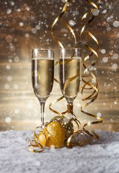 Champagne glasses in . -setting Champagne glasses in . Happy New Year Images, Happy New Year Wishes, New Year Greetings, Merry Christmas And Happy New Year, Gold Christmas Decorations, New Years Decorations, Christmas Settings, Cute Christmas Wallpaper, New Year Wallpaper