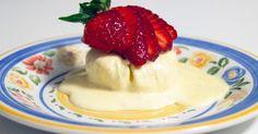 Söt parfait med smak av vanilj, serveras med färska jordgubbar.