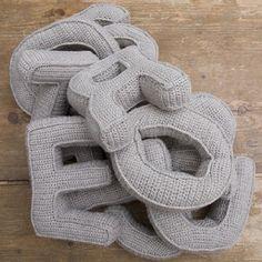 Coussin Retro -vintage Lettres grises pour chambre d'enfants, tricoté au crochet : Décoration pour enfants par rose-de-roz