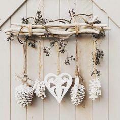 Cette idée de DIY hiver est top : du bois flotté, des pommes de pin et des petits objets à suspendre que vous avez déjà à la maison ! Et si vous avez envie d'autres idées pour recycler du bois flotté, je vous conseille le compte de @la_maison_crea_deco qui réalise de super objet déco avec ! Belle journée à tous et bienvenue aux nouveaux abonnés  [:pinterest] #inspiration #decoration #decorationdinterieur #interior #home #passion4interior #deco #winter #hiver #DIY #idee #ideedeco #boisflot...