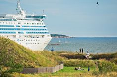 17:00-18:00 is the highlight of Suomenlinna. Magnificent view of Baltic 55,000 tons of cruisers going just in fron to of you.