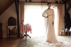 Beautiful bride Klára is wearing Leeda silk dress foto: Dan Sklenář