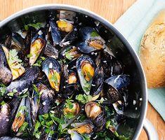 Klassiska vinkokta musslor   Recept ICA.se Mini Beef Wellington, Beef Wellington Recipe, Wellington Food, Inexpensive Meals, Cheap Dinners, Love Food, A Food, Pasta Med Pesto, Cauliflower Rice Risotto