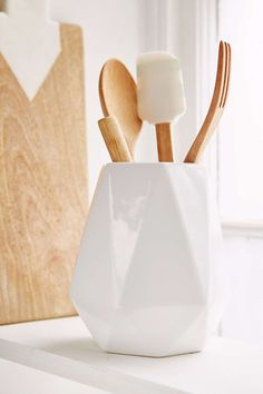 An utensil holder is a must have in most modern kitchens. With the wide variety of styles available, choosing the best kitchen utensil holder can be difficult. Cooking Utensils, Kitchen Utensils, Restauration Hardware, Do It Yourself Organization, Kitchen Countertop Options, Kitchen Utensil Holder, L Shaped Kitchen, Kitchen Storage Solutions, Kitchen Organization