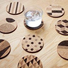 様々な柄が可愛らしいコースターはコルクの暖かみがホッとさせるデザイン。水や熱に強いコルクの特徴を生かした製品です。