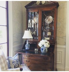 Are you looking to brighten up a dull room and searching for interior design tips? One great way to help you liven up a room is by painting and giving it a whole new look. Traditional Decor, Traditional House, Antique Secretary Desks, Enchanted Home, Classic House, Elegant Homes, White Decor, My Living Room, Country Decor