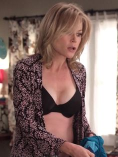 Julie Bowen - black bra on Modern Family Hollywood Celebrities, Hollywood Actresses, Beautiful Celebrities, Beautiful Actresses, Julie Bowen Modern Family, Blond, Little Girl Models, Female Actresses, Famous Girls