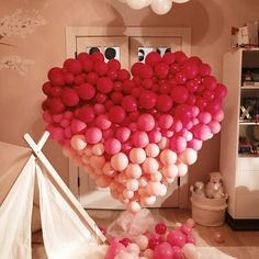 15 Homemade Valentine's Day Party Decorations Already planning for your grand Valentine plan? Cheaper and better than in stores, here are some homemade decorations for your simple yet memorable Valentine's Day celebration. Valentines Balloons, Valentines Day Party, Valentines Day Decorations, Birthday Balloons, Birthday Decorations, Valentine Box, Valentine Wreath, Valentine Ideas, Valentine Crafts
