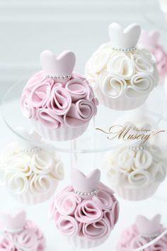 New bridal shower cake topper frostings 68 Ideas Fondant Cupcakes, Fondant Toppers, Cute Cupcakes, Dress Cupcakes, Cupcakes Design, Cake Designs, Bridal Shower Cupcakes, Wedding Cupcakes, Shower Cakes