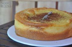 Original tarta con una masa de bizcocho que hace de nido a una facilísima crema pastelera. Montamos, horneamos todo a la vez y !listo!