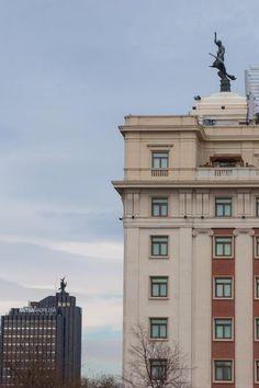 Las estatuas del Ave Fénix con un jinete se pueden encontrar en al menos cuatro grandes edificios de Madrid, dos de ellos en el Paseo de la Castellana: el Hotel Meliá Fénix, a la derecha en la imagen, y el edificio que también fue sede de la compañía y que hoy lo es de Mutua Madrileña, que es el que se ve a la izquierda, más lejos | C.Jordá