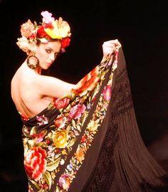 Ángeles Espinar - Mantones y mantillas Show Makeup, Spanish Woman, Flamenco Dancers, Make Photo, Vintage Outfits, Vintage Clothing, Lovers Art, My Outfit, Flower Power