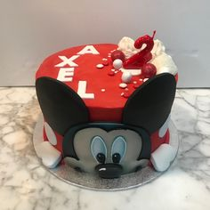 Tarta buttercream Mickey Mouse. Mickey Mouse, Cupcakes, Desserts, Food, Fondant Cakes, Lolly Cake, Candy Stations, One Year Birthday, Tailgate Desserts
