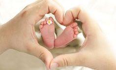 kleine Babyfüße, Herz mit den Händen
