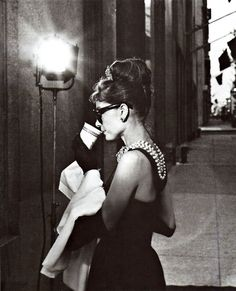 Audrey Hepburn filming Breakfast at Tiffany's (she's standing in front of Tiffany & co, Fifth Avenue). Melhor looks de todos Divas, George Peppard, Pin Up, Classic Hollywood, Old Hollywood, Pretty People, Beautiful People, Beautiful Lips, Glamour