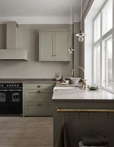 Nordiska Kök Classic shaker kitchen - via Coco Lapine Design Kitchen Fittings, Scandinavian Kitchen, Kitchen Remodel, Kitchen Design, Green Kitchen, Modern Kitchen, Shaker Kitchen, Diy Kitchen, Kitchen Cabinets
