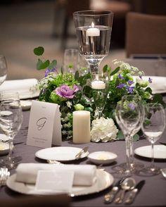 mikiさんはInstagramを利用しています:「ゲストテーブル装花💐 ゲストテーブルは、2パターンの装花を作って頂きました🙌 グリーン多めで大好きなパープルとホワイト💓 ちなみにこちらも見積もりの範囲内でお願いしました🙋✨ テーブルクロスはグレー💓 . テーブルナンバーは厚紙に印刷して半分に切っただけの簡単DIYです😂 . …」 Wedding Guest Table, Centerpieces, Table Decorations, Wedding Arrangements, Table Flowers, Wedding Flowers, Table Settings, Home Decor, Weddings