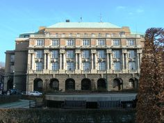 بررسی دانشگاه چارلز دانشگاه چارلز یکی از برجسته ترین دانشگاهای کشور چک می باشد که در سال 1348 میلادی در شهر پراگ تاسیس شد. این دانشگاه برترین رتبه در میان