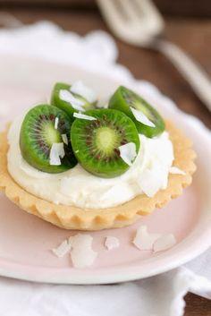 Kokos-Tartelettes mit Mini-Kiwi und Mascarponecreme