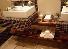 banheiro com prateleira