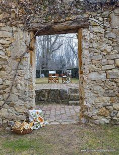 La propiedad se encuentra cerca de la pintoresca villa de Pedraza y actualmente está a la venta, puedes ver más información en nuestra web o en el teléfono 913889774.