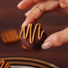 Pretzel Bites Pretzels and Rolos are a salty/sweet match made in heaven. Get the recipe at .Pretzels and Rolos are a salty/sweet match made in heaven. Get the recipe at . Candy Recipes, Sweet Recipes, Baking Recipes, Dessert Recipes, Oreo Cheesecake Recipes, Cheap Recipes, Snacks Recipes, Dinner Recipes, Cake Recipes
