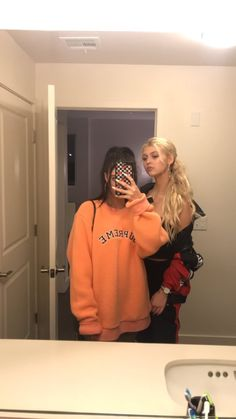 told ya it was her sweathshirt. she stole it back Bff Pictures, Best Friend Pictures, Friend Photos, Edgy Outfits, Cute Outfits, Fashion Outfits, Loren Gray Snapchat, Brother And Sister Love, Mode Grunge