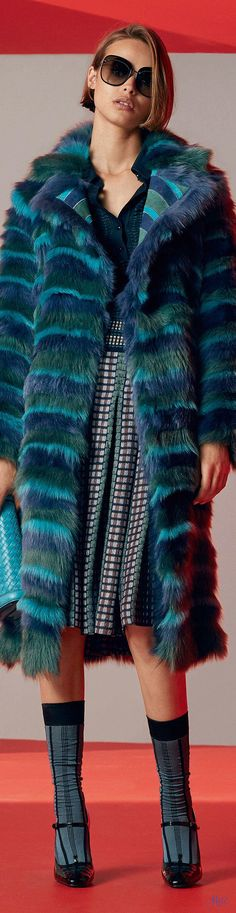 Fashion Label Bottega Veneta move on towards the runway in Milan with their Resort 2017 collection Fur Fashion, Winter Fashion, Fashion Show, Fashion Outfits, Womens Fashion, Fashion Design, Fashion Trends, Women's Dresses, Color Turquesa