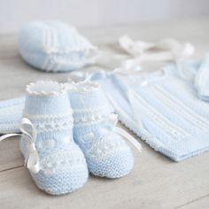Conjunto de primera puesta azul bebé y blanco. Baby Socks, Baby Hats, Baby Knitting, Crochet Baby, Knitted Baby, Baby Booties, Leg Warmers, Outfit Sets, Handmade