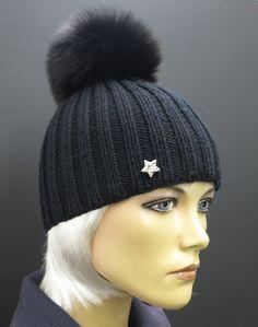 1acd862a4 černá ručně pletená čepice z merino vlny s černou bambulí z pravé kožešiny