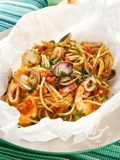 Gli Spaghetti al cartoccio ai frutti di mare sono una preparazione appetitosa e salutare, data la genuinità di questa particolare tecnica di cottura.