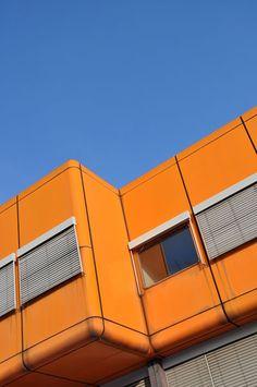 Diesterweg-Gymnasium Berlin Wedding Pop-Architektur Knallorange http://www.formfreu.de/2014/02/09/diesterweg-gymnasium/