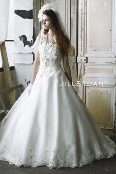 JILLSTUART ドレス (JIL-0035)  サテンリボンで作られた小花を、高級なリバーレースのビージングと共にぎっしりと付けられた繊細で美しいレースが、圧倒的な存在感を放つAラインドレスです。  ハイウエストのプリーツリボンやバックスタイルのループリボン、くるみボタンなど、女心をくすぶる細かいディテールもこだわり、大人の上品さと愛らしさのどちらも引き出す魅惑的な1着です。