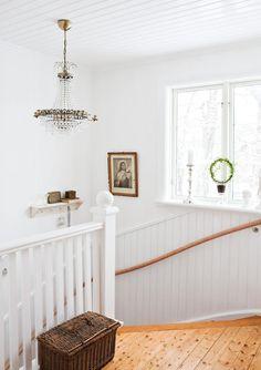 ᏤᎯℂᏦℰℛT ᏤℐTT ℐ 30-TᎯℒЅℋUЅℰT: I trapphuset hänger en takkrona från Ellos. Korgen på golvet är en duvkorg och är liksom tavlan köpt i Frankrike.