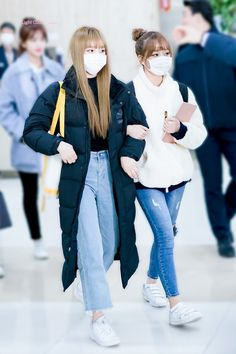 Airport Fashion Kpop, Kpop Fashion, Korean Fashion, Girl Fashion, Mask Girl, Japanese Girl Group, Best Friends Forever, Female Singers, Airport Style