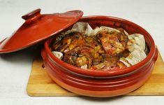 Ένα μαλακό σαν λουκουμάκι, πεντανόστιμο και πολύ εύκολο στη παρασκευή του χοιρινό κότσι με πολύχρωμες πιπεριές στη γάστρα. Μια απλή συνταγή (από εδώ) με Greek Recipes, Pork Recipes, Vegetarian Recipes, Cooking Recipes, Healthy Recipes, Xmas Food, Christmas Cooking, Healthy Drinks, Food Dishes