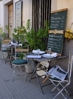 outside arrangement - Purple Cafe Ideas